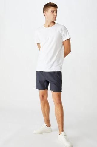 С чем носить белые кожаные низкие кеды мужчине: Белая футболка с круглым вырезом и темно-синие шорты — must have вещи в арсенале стильного жителя мегаполиса. Великолепно здесь будут выглядеть белые кожаные низкие кеды.