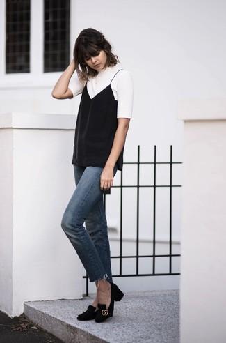 Как и с чем носить: белая футболка с круглым вырезом, черная майка, синие джинсы, черные замшевые туфли