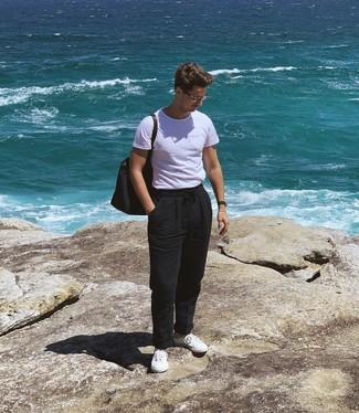 Как и с чем носить: белая футболка с круглым вырезом, черные льняные брюки чинос, белые низкие кеды, темно-синяя большая сумка из плотной ткани