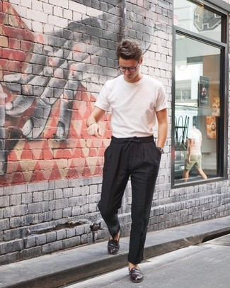Как и с чем носить: белая футболка с круглым вырезом, черные льняные брюки чинос, темно-красные кожаные лоферы, черные кожаные часы