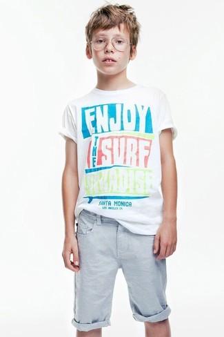 Как и с чем носить: белая футболка с принтом, голубые шорты