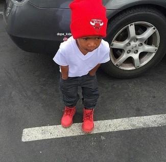 Как и с чем носить: белая футболка, темно-серые джинсы, красные ботинки, красная шапка