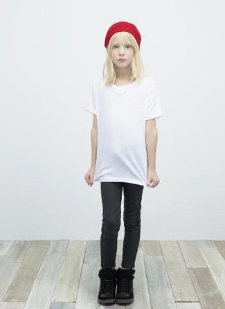 Как и с чем носить: белая футболка, черные джинсы, черные ботинки, красная шапка