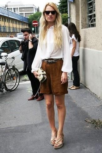 Как и с чем носить: белая шелковая блузка с длинным рукавом, коричневые шорты-бермуды, бежевые кожаные босоножки на танкетке