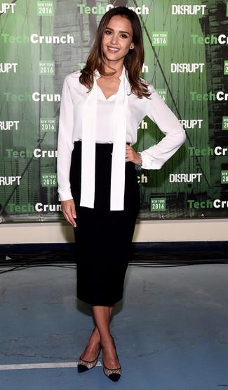 Как Jessica Alba носит Белая шелковая блузка с длинным рукавом, Черная юбка-миди, Черные туфли в сеточку