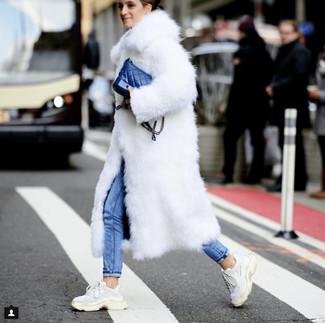 Как и с чем носить: белая шуба, синие джинсы скинни, белые кроссовки, синяя кожаная сумка через плечо