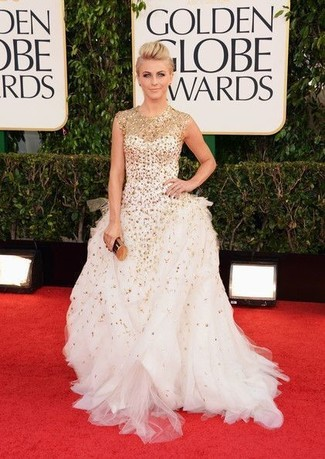 Как Julianne Hough носит Белое вечернее платье с пайетками, Золотой клатч