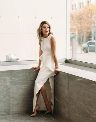 Как и с чем носить: белое вечернее платье с разрезом, светло-коричневые кожаные туфли, серебряные часы