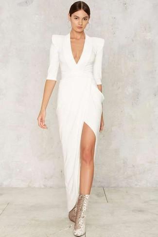 Как и с чем носить: белое вечернее платье с разрезом, серебряные замшевые ботильоны на шнуровке