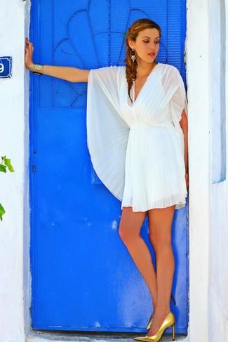 Модный лук: Белое шифоновое коктейльное платье со складками, Золотые кожаные туфли, Золотой браслет, Золотые серьги