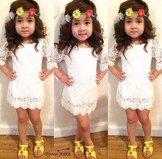 Как и с чем носить: белое кружевное платье, желтые босоножки