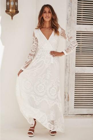 Как и с чем носить: белое кружевное платье-макси, белые кожаные босоножки на каблуке