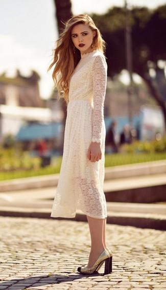 Как и с чем носить: белое кружевное платье-миди, золотые туфли с пайетками