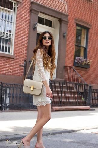 белое кружевное платье прямого кроя можно надеть как на работу, так на прогулку. Любительницы рискованных вариантов могут дополнить образ розовой обувью.