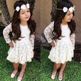 Как и с чем носить: белое кружевное платье, розовые балетки