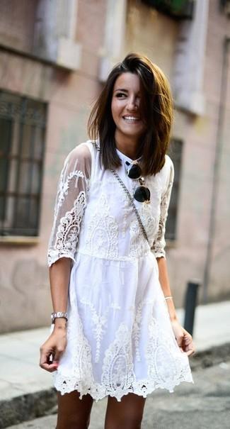 Как и с чем носить: белое кружевное платье с плиссированной юбкой, черно-золотые солнцезащитные очки, серебряные часы