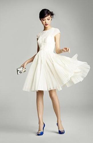 Модный лук: Белое кружевное платье с пышной юбкой, Синие сатиновые туфли с украшением, Белый клатч с принтом