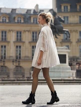 Как и с чем носить: белое кружевное свободное платье, черные кожаные ботинки на шнуровке с шипами, черные колготки в крупную сеточку