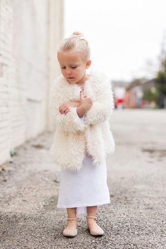 Как и с чем носить: белое меховое пальто, белое платье, бежевые балетки
