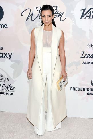 Как Kim Kardashian носит Белое пальто без рукавов, Белая майка в сеточку, Белые широкие брюки, Белый клатч с вышивкой