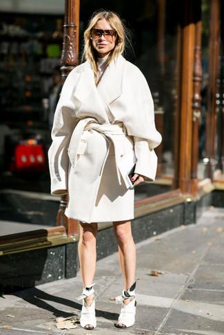 Как и с чем носить: белое пальто, белая водолазка, белые кожаные ботильоны с вырезом, коричневые солнцезащитные очки