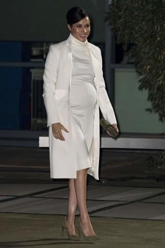 Как и с чем носить: белое пальто, белое платье-свитер, оливковые замшевые туфли, оливковый замшевый клатч