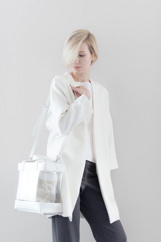 Как и с чем носить: белое пальто, белый свитер с круглым вырезом, темно-серые широкие брюки, прозрачная резиновая большая сумка