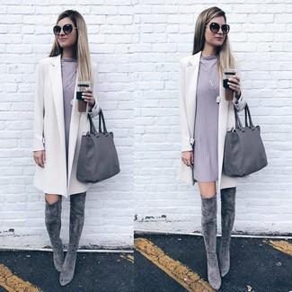 Как и с чем носить: белое пальто, серое платье прямого кроя, серые замшевые ботфорты, серая кожаная большая сумка