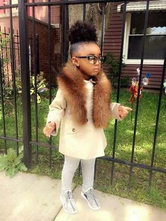 Как и с чем носить: белое пальто, серые леггинсы, серые кеды, коричневый меховой шарф