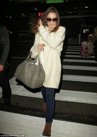 белое пальто темно синие джинсы скинни коричневые ботильоны серая большая сумка large 920