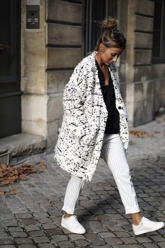 Как и с чем носить: белое пальто букле, черная блузка с длинным рукавом, бело-черные классические брюки в вертикальную полоску, белые кожаные низкие кеды