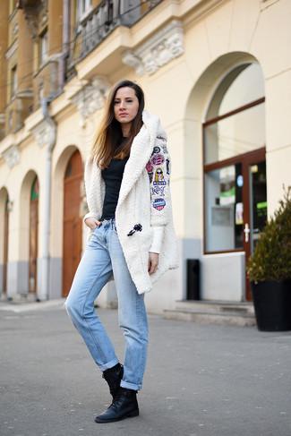 Как и с чем носить: белое флисовое пальто, черная блузка с длинным рукавом, голубые джинсы-бойфренды, черные кожаные ботинки на шнуровке