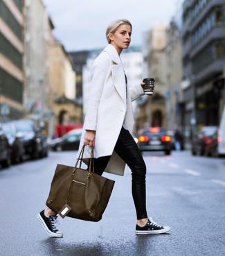 Как и с чем носить: белое пальто, черные узкие брюки, черно-белые низкие кеды из плотной ткани, оливковая кожаная большая сумка
