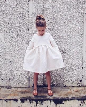Как и с чем носить: белое платье, коричневые балетки