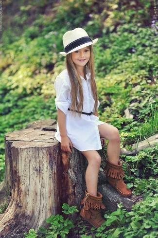 Как и с чем носить: белое платье, коричневые угги, белая шляпа