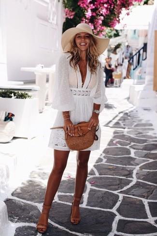 Как и с чем носить: белое платье-крестьянка, светло-коричневые кожаные босоножки на каблуке, коричневая кожаная сумка через плечо, серебряные часы