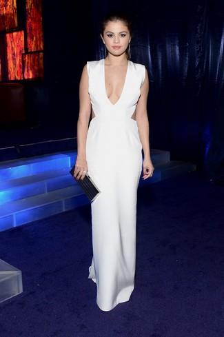 Как Selena Gomez носит Белое платье-макси с вырезом, Черный клатч