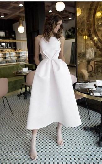 Как и с чем носить: белое платье-миди, бежевые кожаные босоножки на каблуке, белые носки