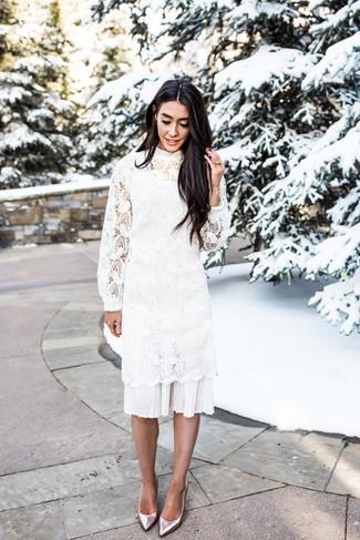 Как и с чем носить: белое платье-миди крючком, серебряные кожаные туфли