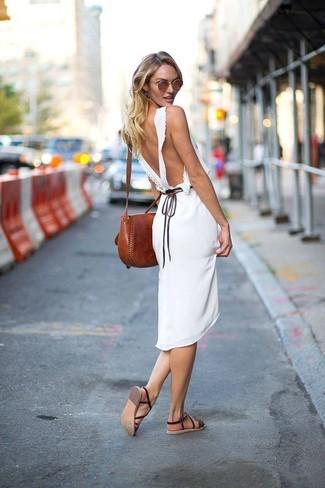 Темно-коричневые кожаные сандалии на плоской подошве: с чем носить и как сочетать: Белое платье-миди — хороший образ, если ты хочешь создать раскованный, но в то же время стильный лук. Ты можешь легко адаптировать такой ансамбль к повседневным реалиям, завершив его темно-коричневыми кожаными сандалиями на плоской подошве.