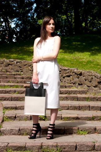 Как и с чем носить: белое платье-миди, черные кожаные гладиаторы, бело-черная кожаная большая сумка