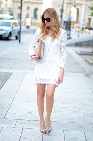 Женские луки: Белое кружевное платье прямого кроя — вариант, который будет неизбежно притягивать взгляды и мужчин, и женщин. Идеально сюда подходят серые кожаные туфли с шипами.