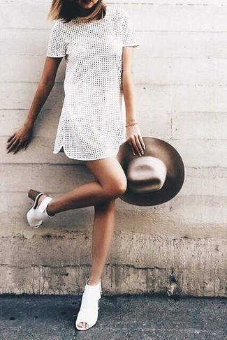 Как и с чем носить: белое платье прямого кроя с люверсами, белые кожаные ботильоны с вырезом, коричневая шерстяная шляпа