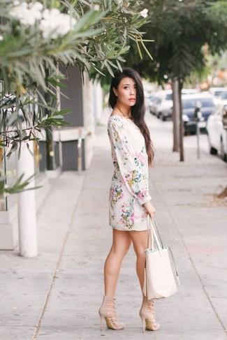 Как и с чем носить: белое платье прямого кроя с цветочным принтом, бежевые замшевые босоножки на каблуке, белая кожаная большая сумка