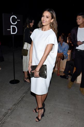Как Jessica Alba носит Белое платье прямого кроя, Черные замшевые босоножки на танкетке, Темно-серый кожаный клатч со змеиным рисунком