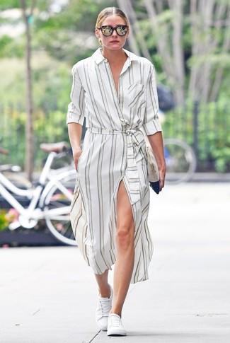 Как Olivia Palermo носит Белое платье-рубашка в вертикальную полоску, Белые низкие кеды, Бежевый замшевый клатч, Темно-коричневые солнцезащитные очки