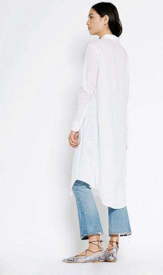 Как и с чем носить: белое платье-рубашка, синие рваные джинсы-клеш, серые кожаные гладиаторы со змеиным рисунком