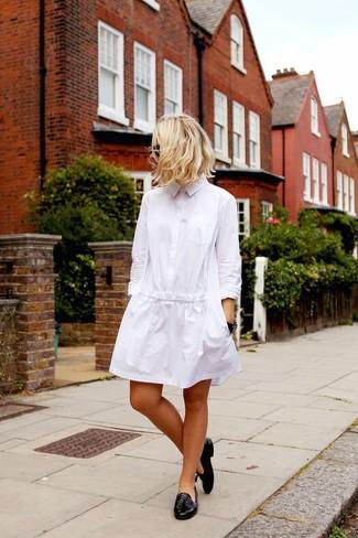 Как и с чем носить: белое платье-рубашка, черные кожаные лоферы с кисточками, черные солнцезащитные очки, черные часы