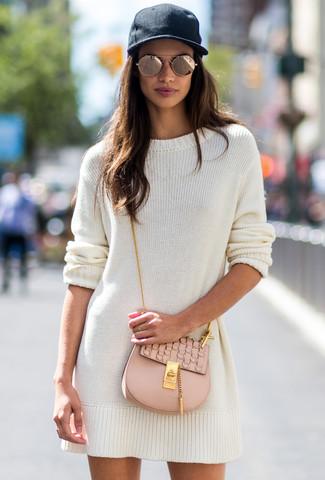 Как и с чем носить: белое платье-свитер, бежевая кожаная сумка через плечо, черная кепка, золотые солнцезащитные очки