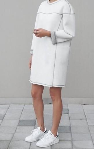 Как и с чем носить: белое платье-свитер, бело-черные кожаные низкие кеды
